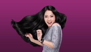 Perempuan berdansa dengan rambutnya yang panjang dan berkilau.